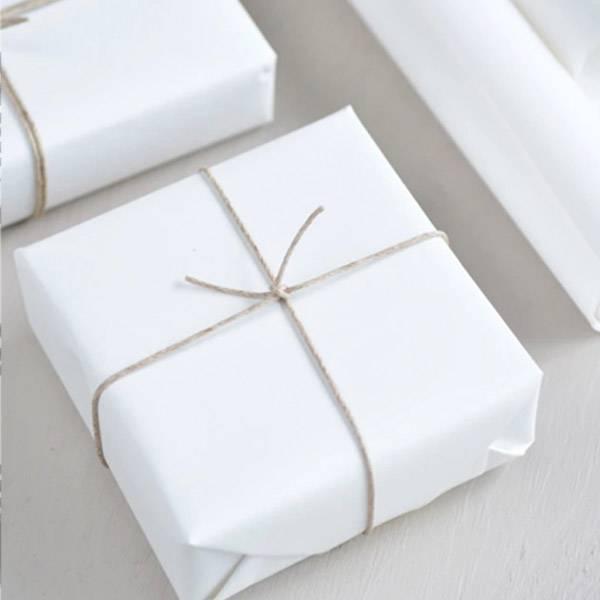 Bilde av  Agent M pakker og sender gaven din